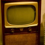 オレンジがかったテレビの正体は…